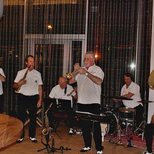 http://moderntimes-hotel.com/application/files/thumbnails/thumb_list_2x/9714/8974/8307/Vufflens-Jazz-Band.jpg